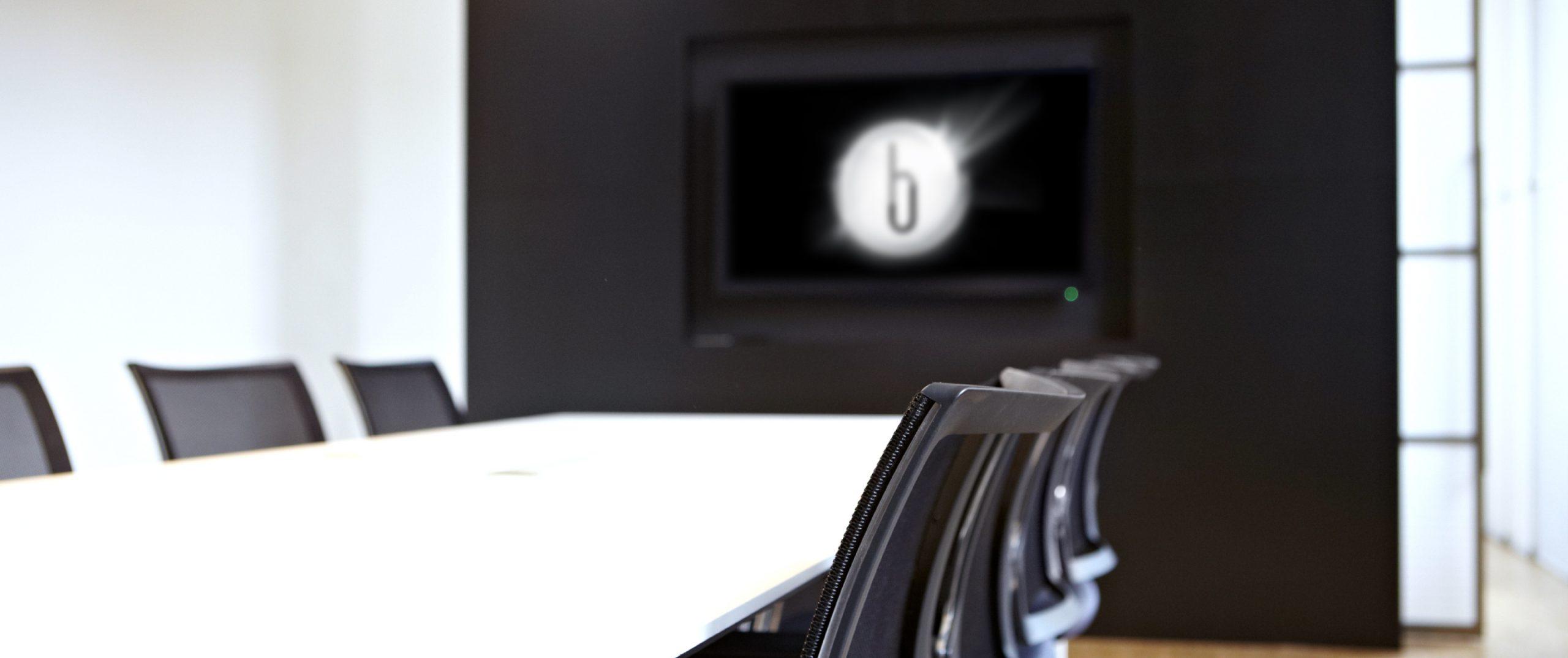Konferenzraum mit Bosbach-Logo auf dem Monitor